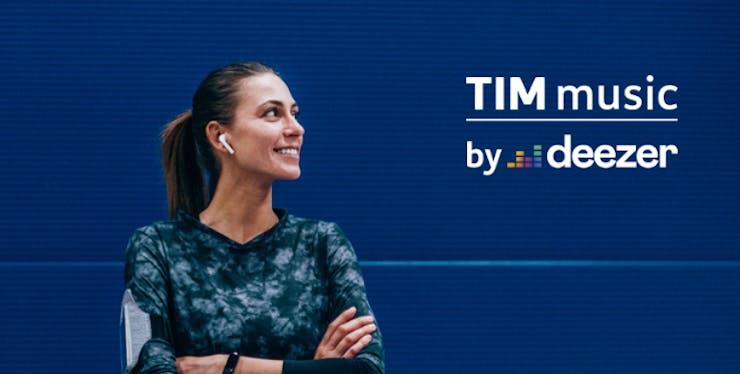 Mulher com fone de ouvido olhando para a logo do TIM Music by Deezer