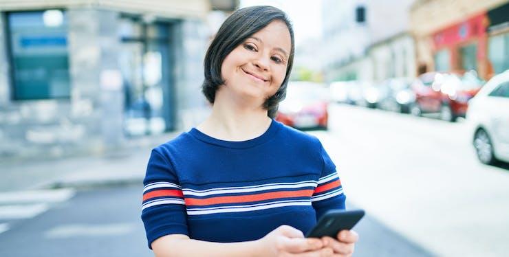 pessoa sorrindo segurando celular