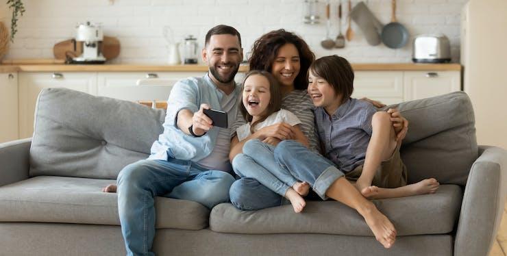 familia olhando para celular