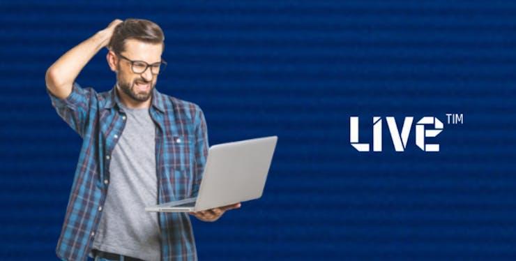 Homem olhando computador em frente a logo da TIM Live