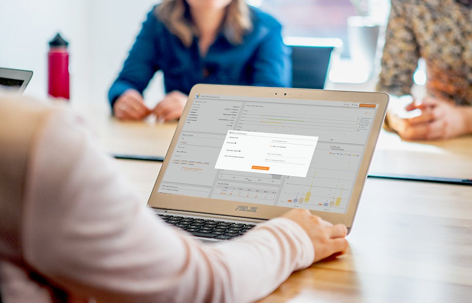 women hand on computer with dash enterprise snapshot engine on screen