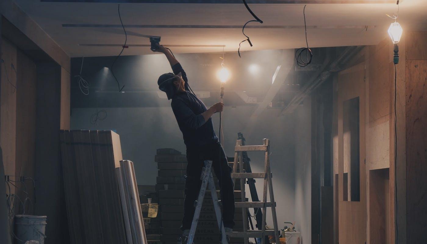 chantier de travaux avec un homme qui peint