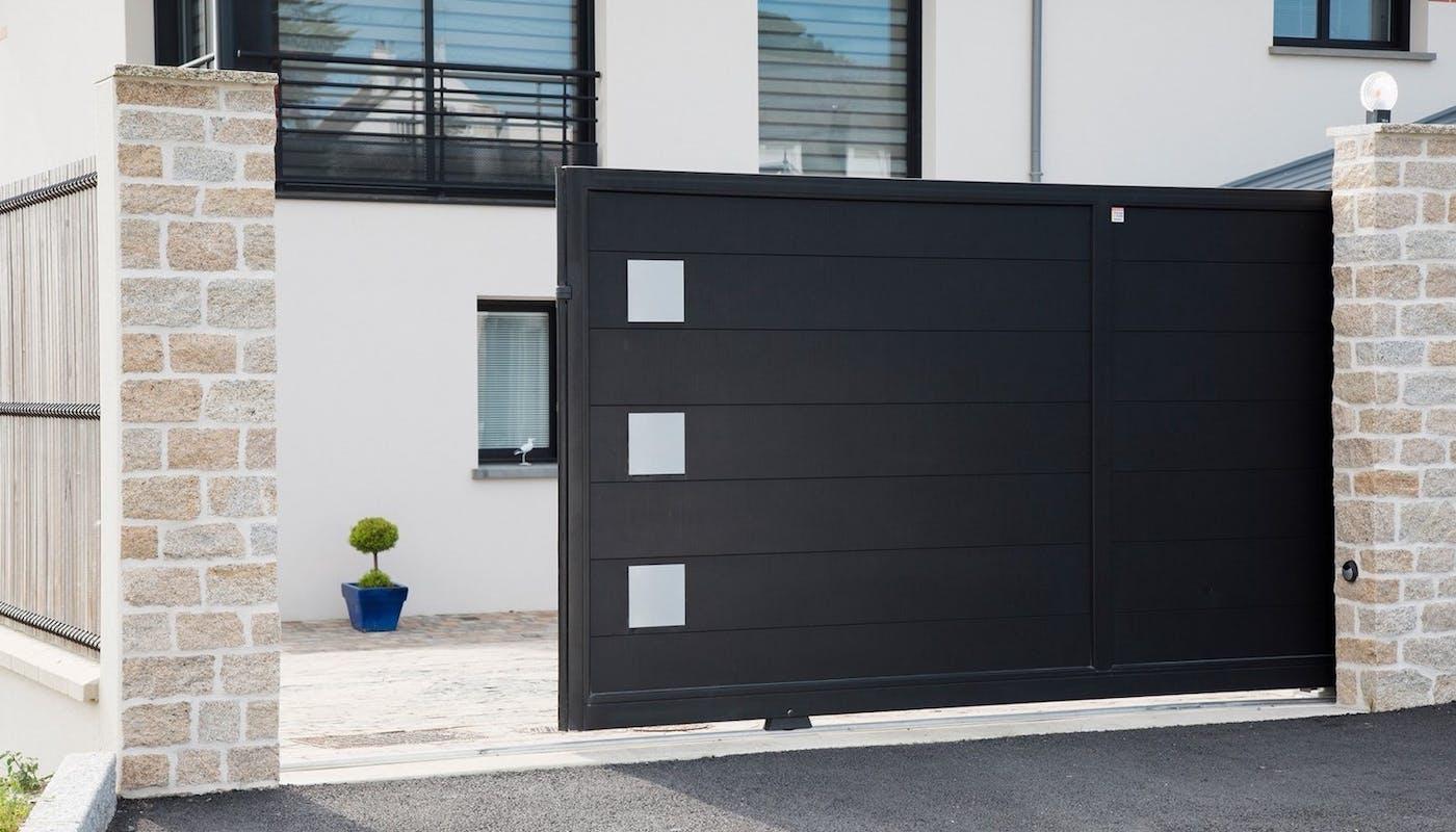 portail coulissant moderne de couleur noir