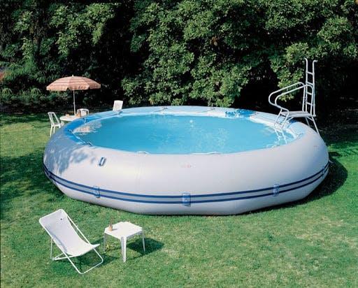 piscine gonflable avec mobilier de jardin autour