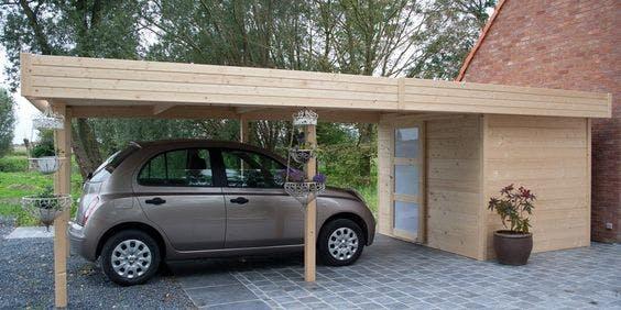 carport en bois clair avec un cabanon