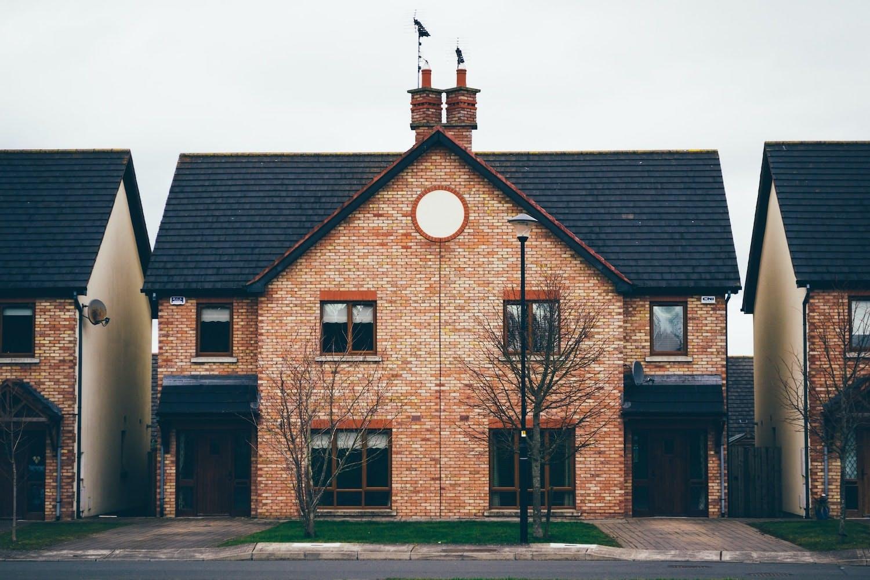 double maison en brique rouge