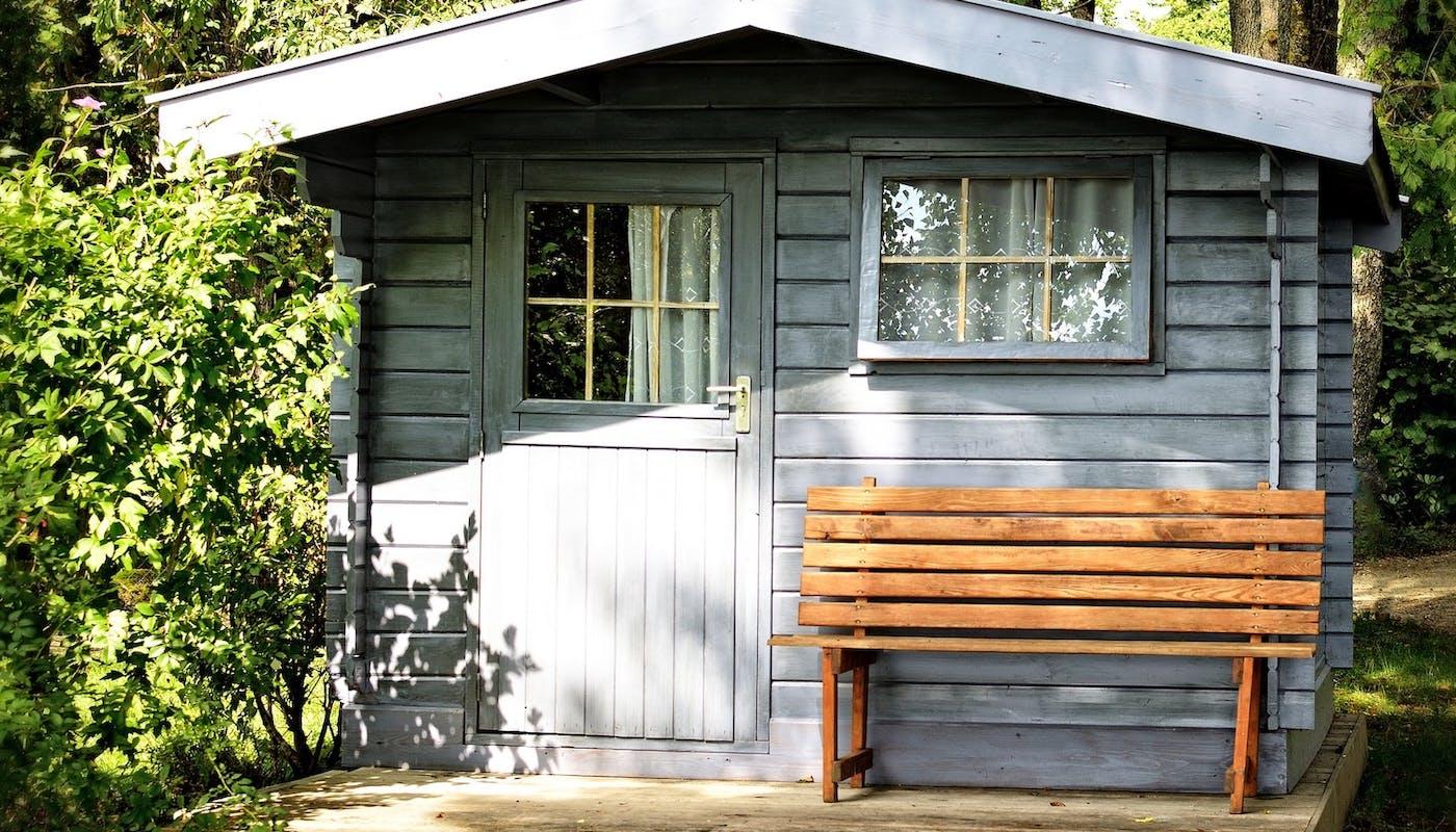 abri de jardin en bois couleur bleu vieillit
