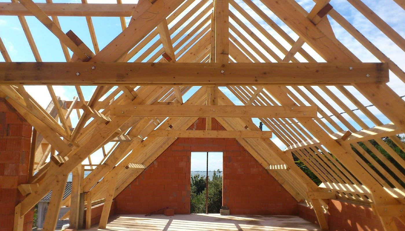 charpente en bois d'une maison en construction