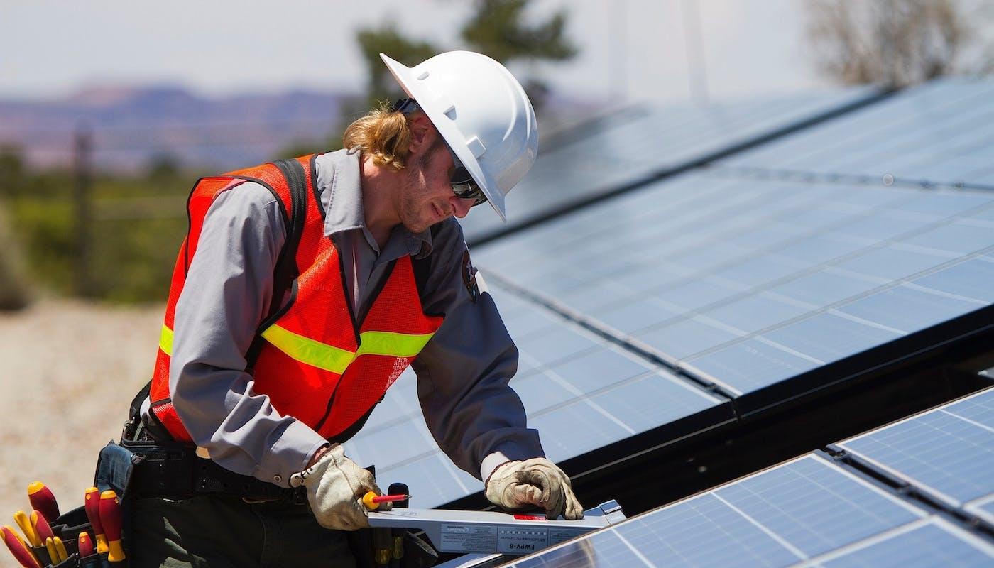 ouvrier installant des panneaux solaires