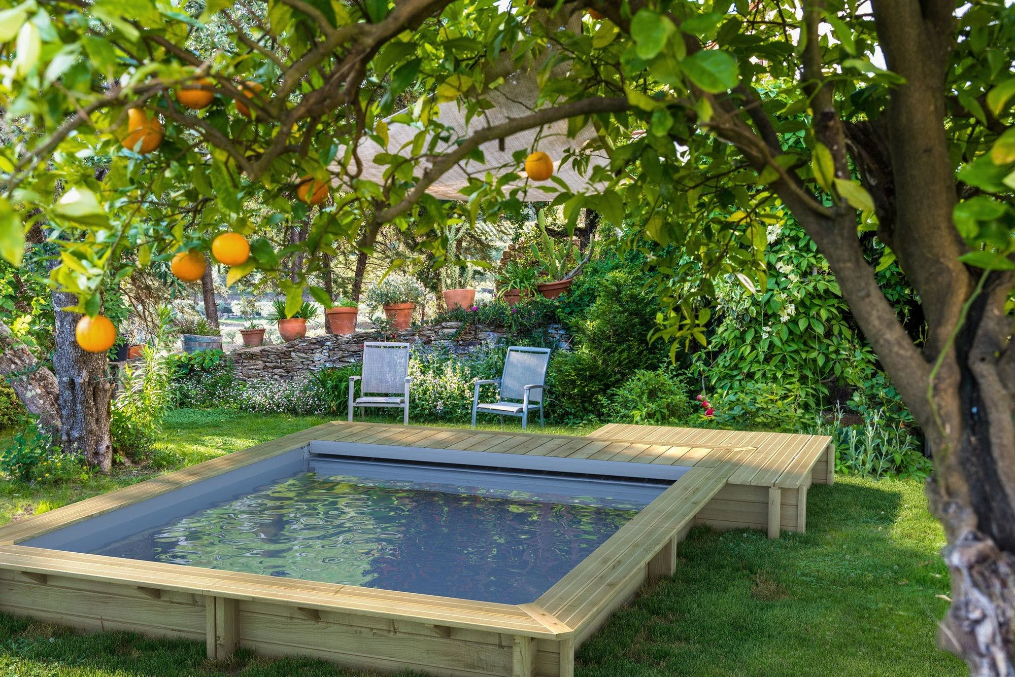 piscine hors sol rectangulaire en bois dans un jardin