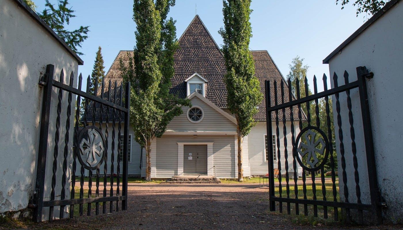 portail noir devant une maison