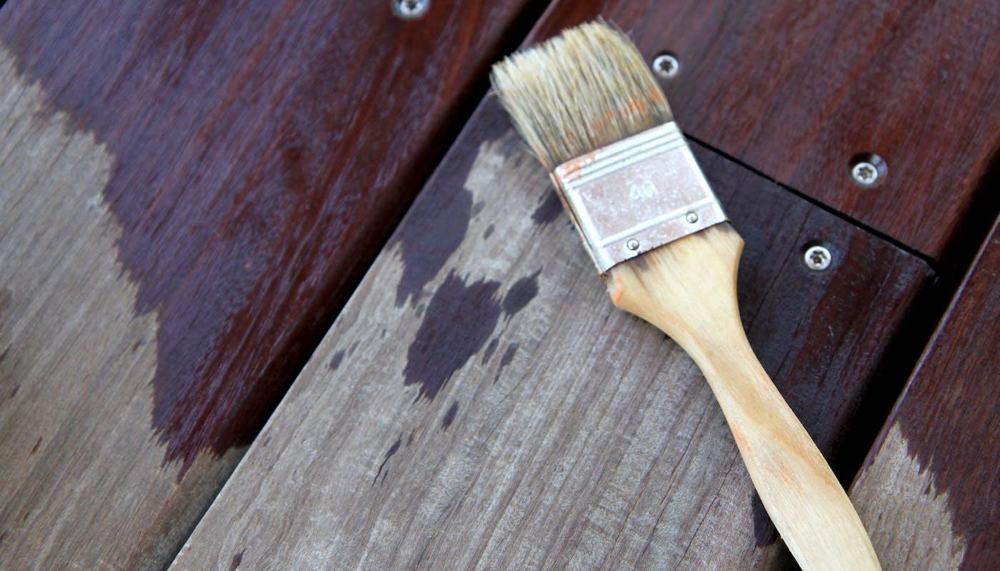 bois avec un pinceau