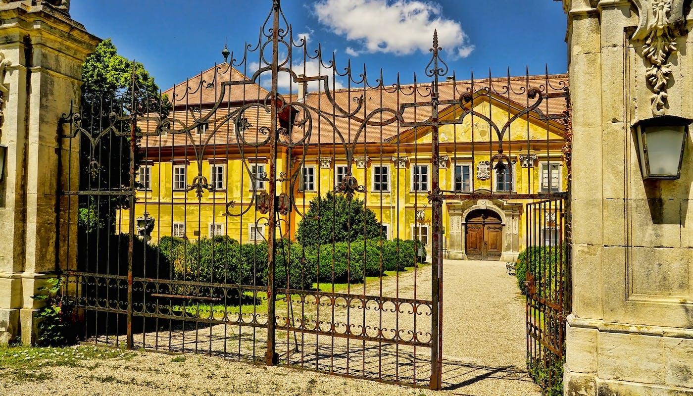 portail en fer forgé d'une magnifique demeure du sud de la France