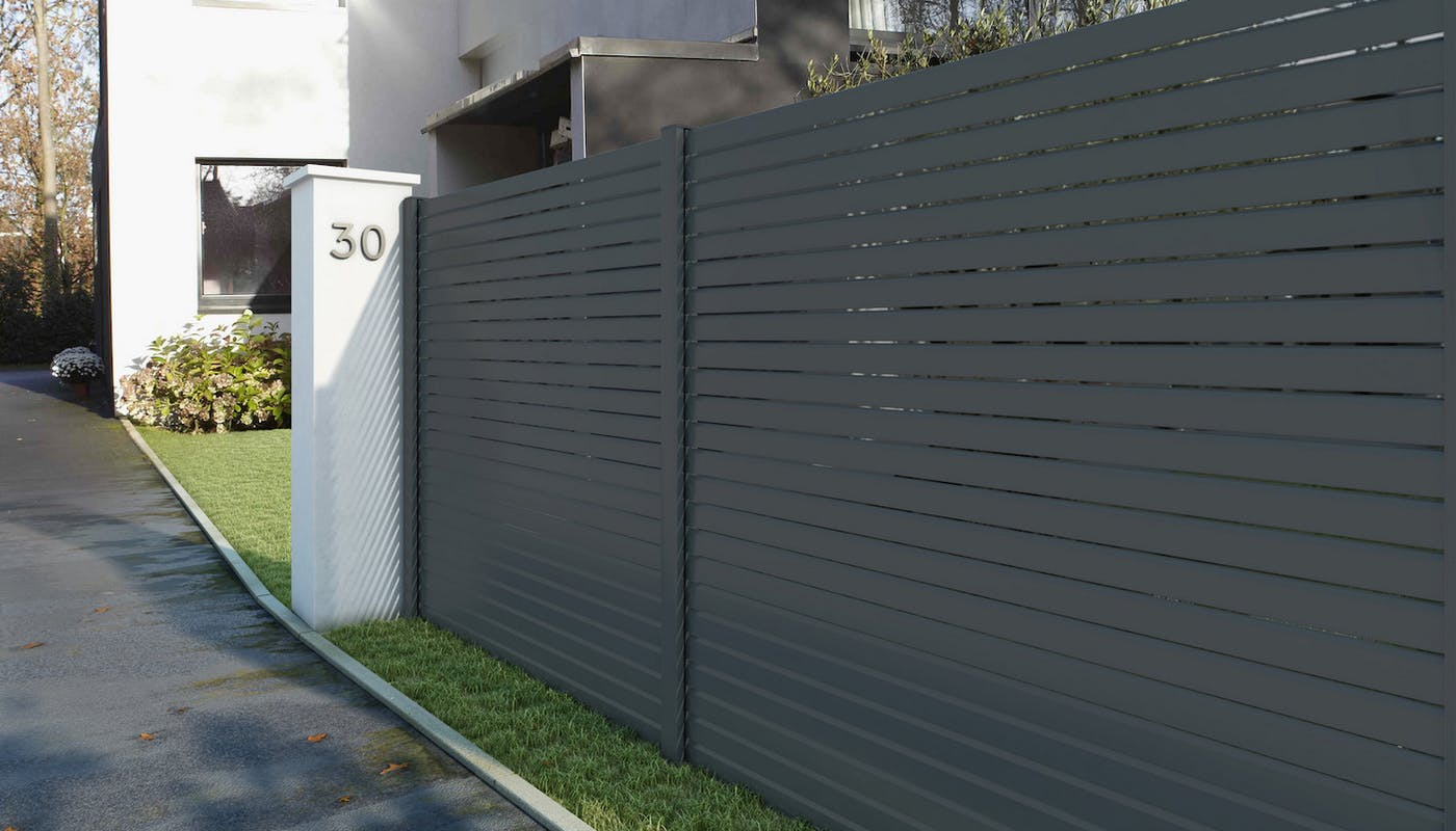 clôture en acier devant une maison