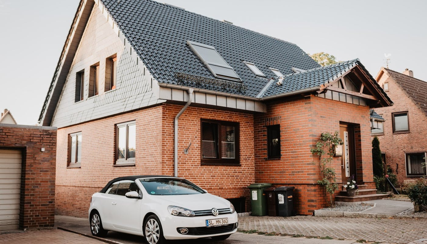maison avec une place de stationnement