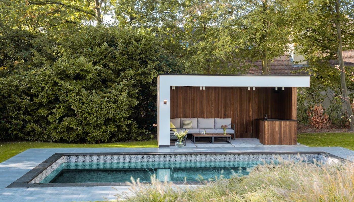 abri de piscine en bois avec un canapé
