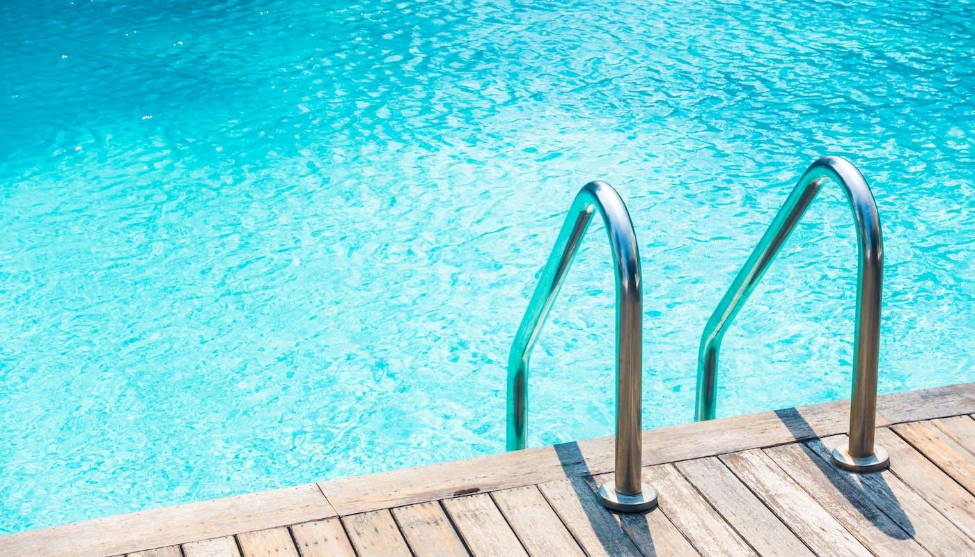 échelle de piscine en bois