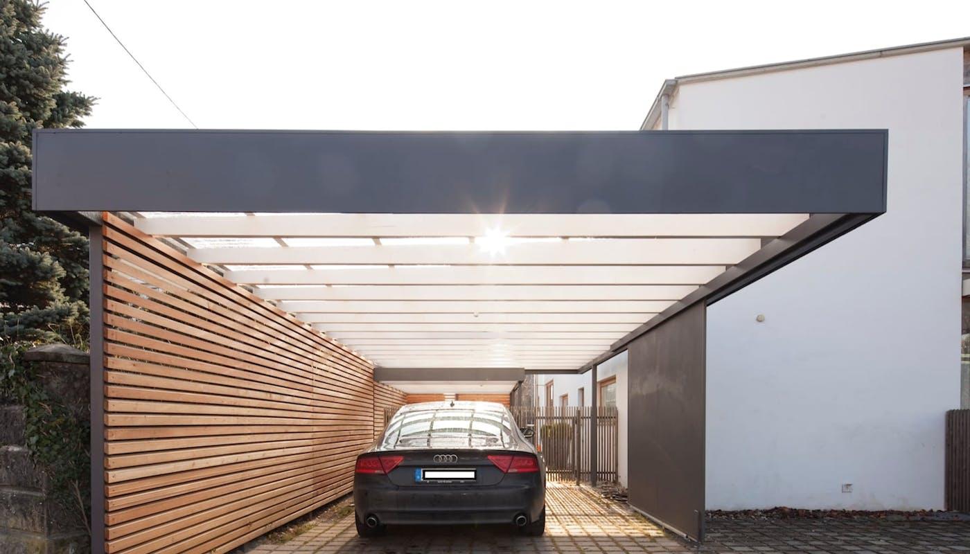 carport moderne avec une voiture Audi garée