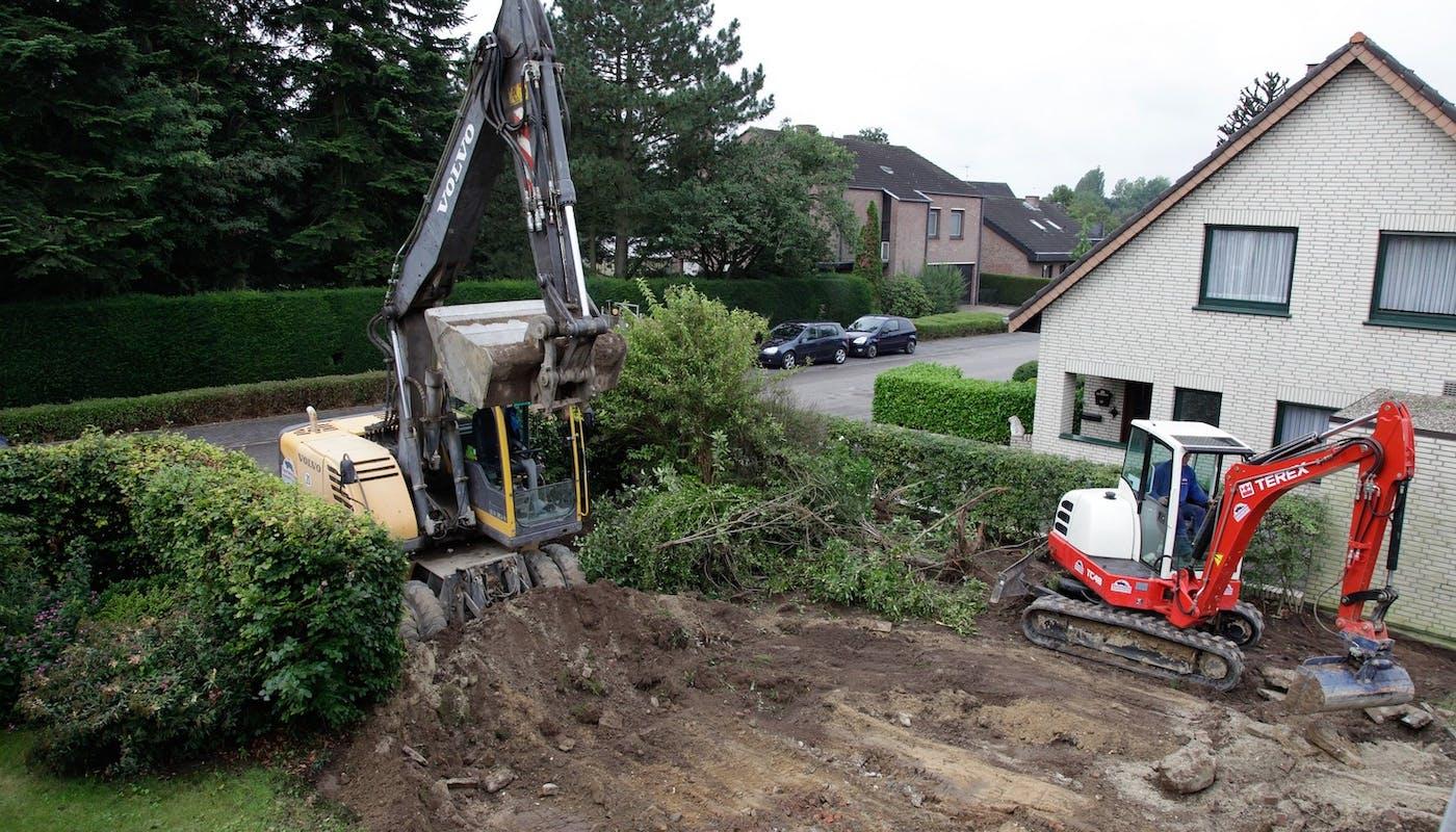 chantier d'une piscine dans un jardin