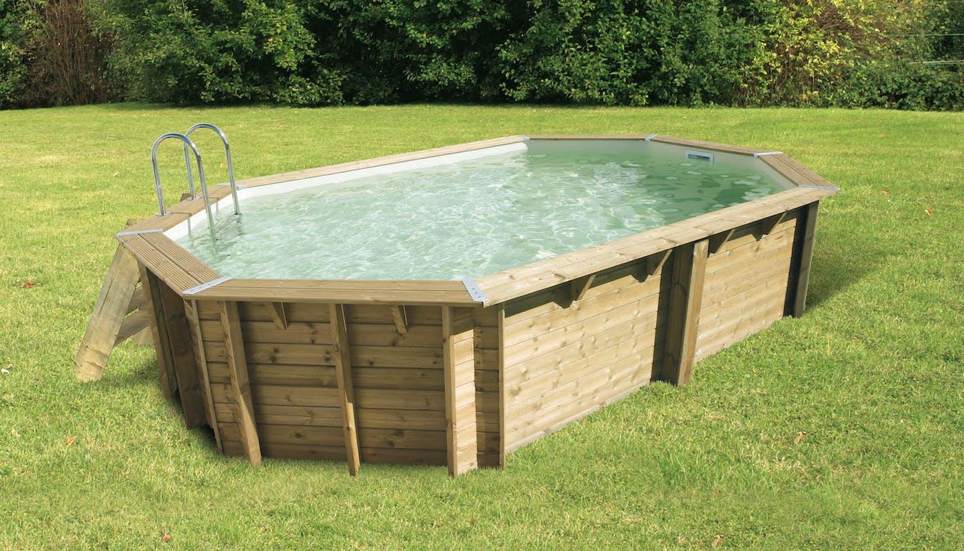 piscine hors sol en bois sur une pelouse