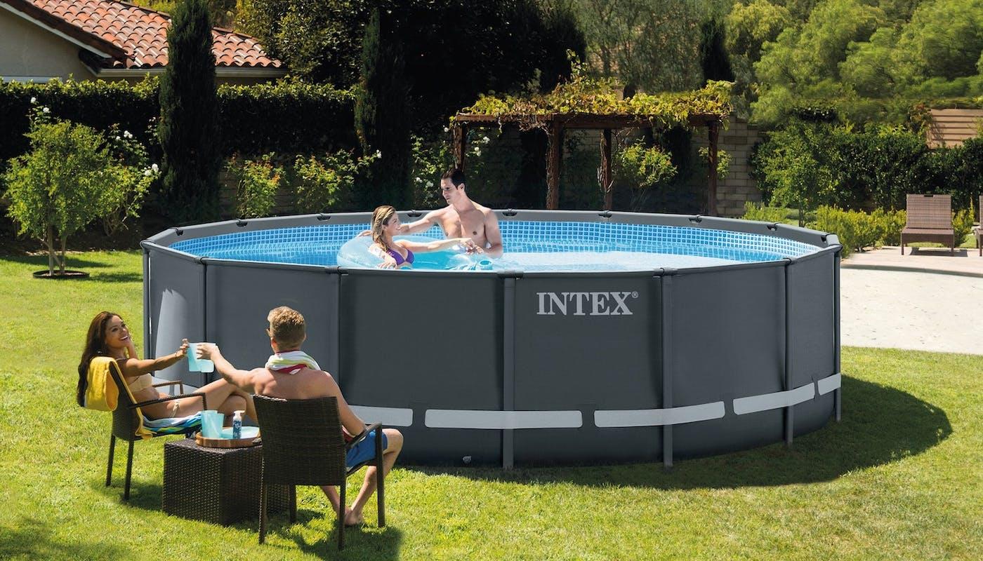 piscine tubulaire avec une famille qui se baigne