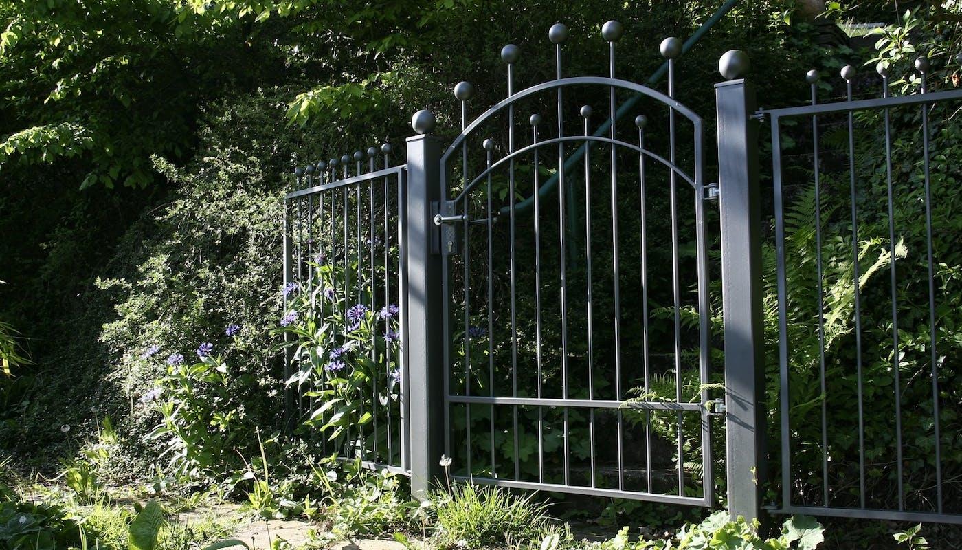 portail en fer à l'entrée d'un jardin