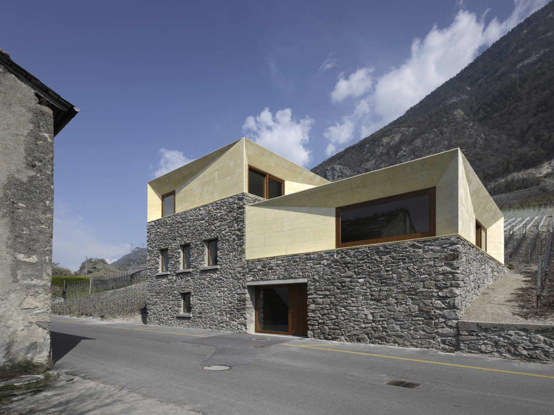 surélévation en béton blanc sur une maison de pierres