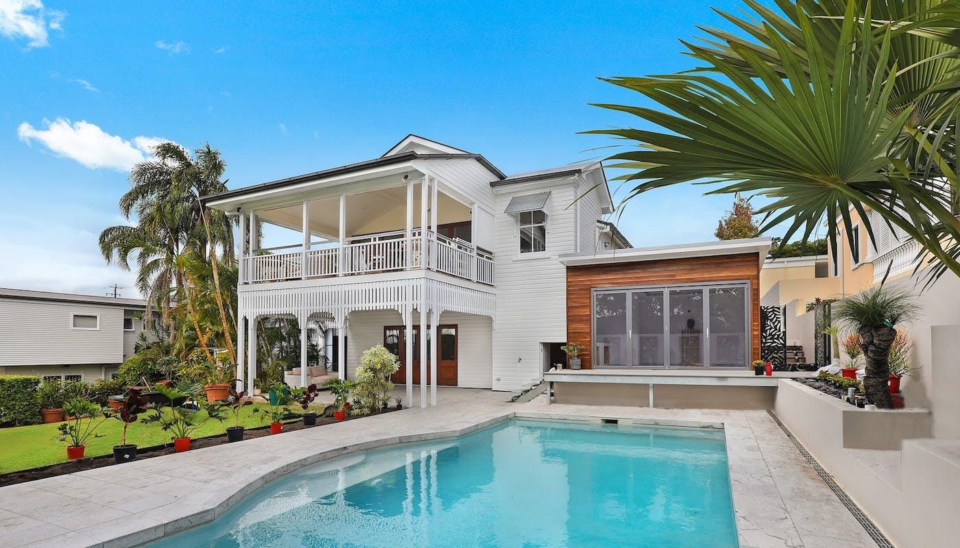 Maison moderne avec piscine extérieure