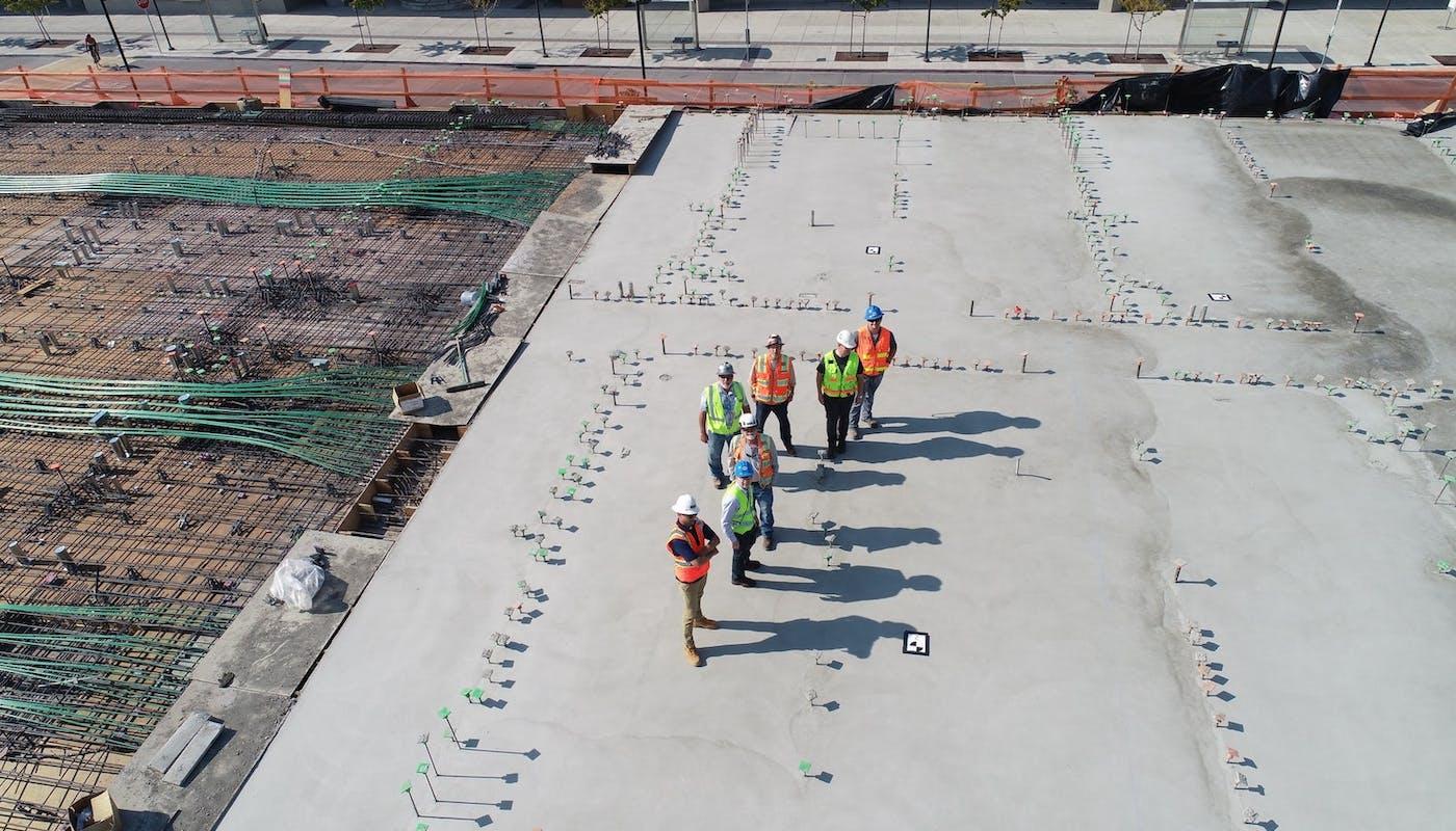 géomètres experts sur un terrain en construction permettez-moi de construire