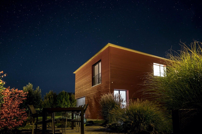maison moderne en bois, vue de nuit