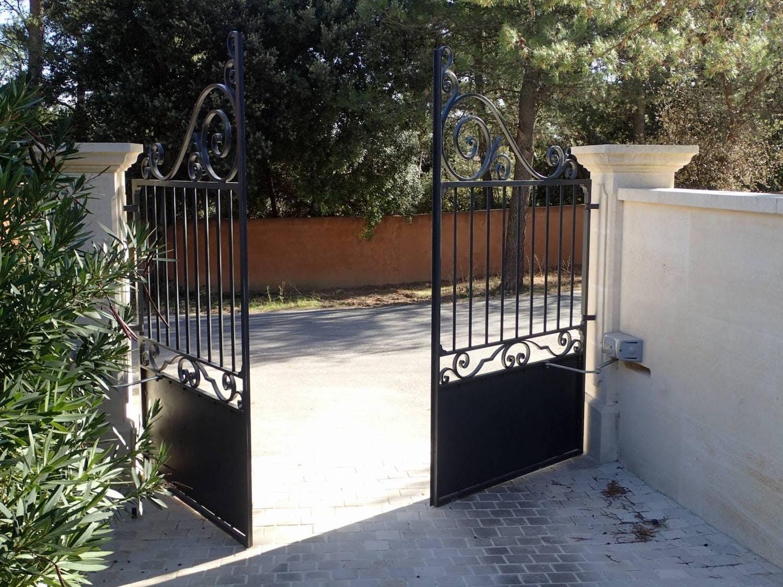 portail en fer forgé noir