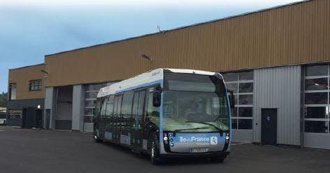 Bus électrique à l'arrêt