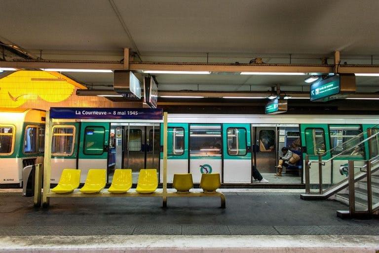 Espace d'attente avec des chaises devant la rame de métro