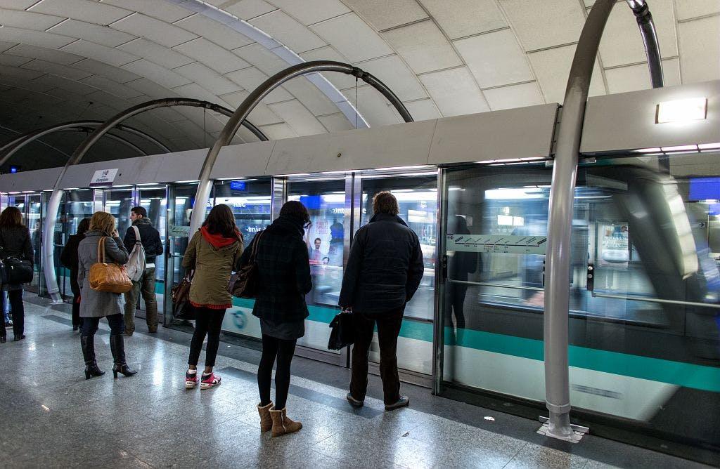 Voyageurs devant le métro, ligne 14