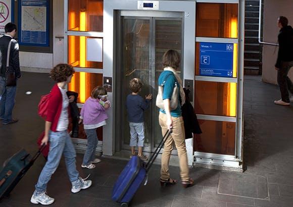 Ascenseur pour l'accès des utilisateurs aux transports en commun