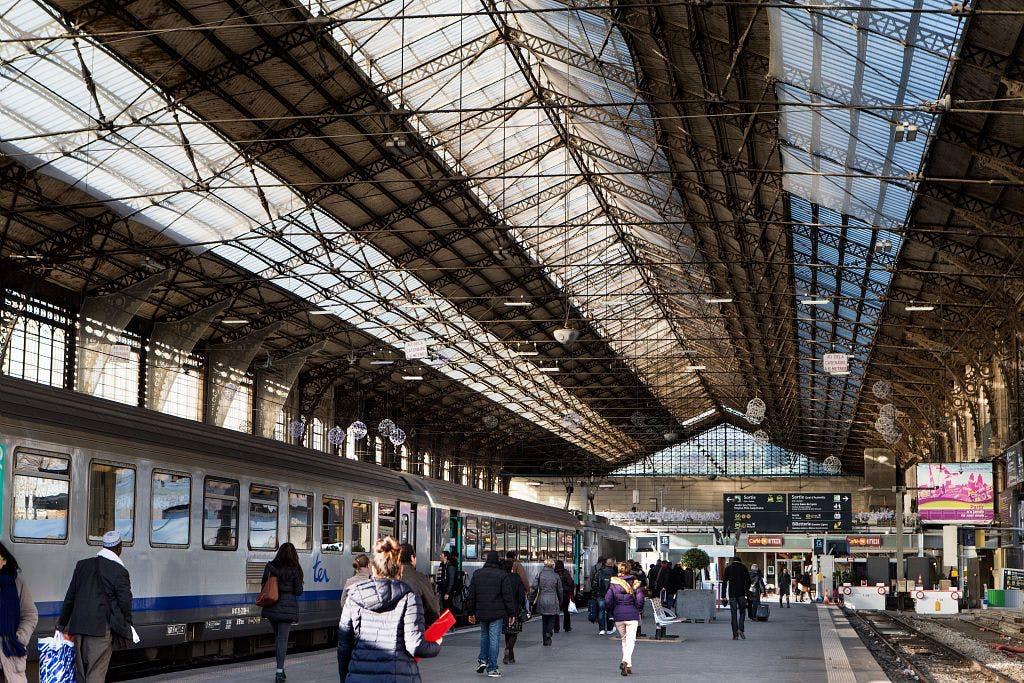 Voyageurs qui se dirigent vers un train dans la gare