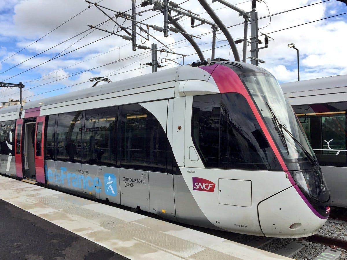 Tram 11 Express, rame au quai