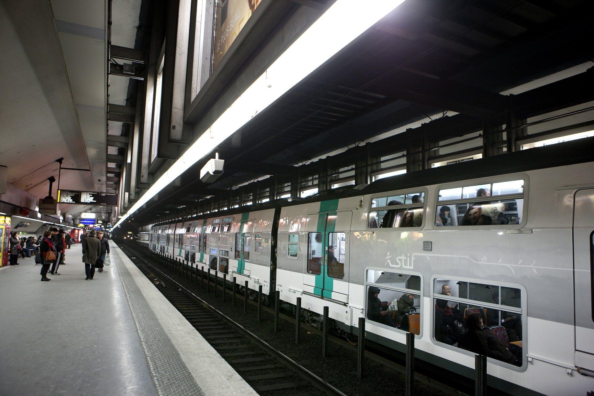 Voyageurs au quai attendant le RER A