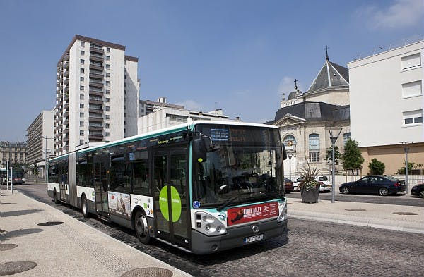 Bus de renforcement de réseau bus en Grande Couronne à l'arrêt
