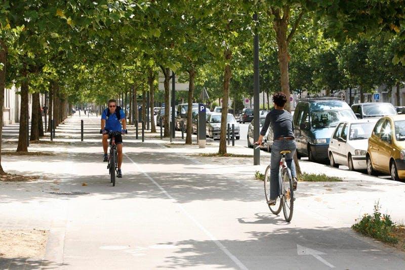 Deux cyclistes se croisent sur une voie cyclables en île-de-France
