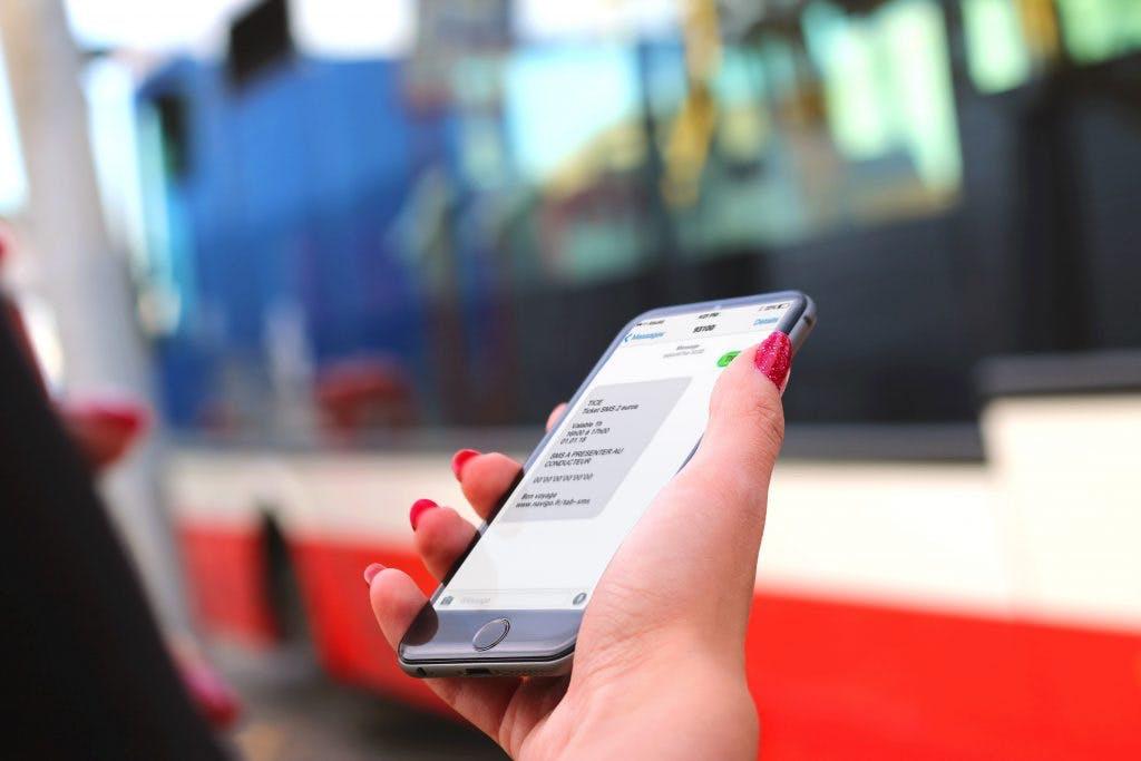 Téléphone dans la main présentant un ticket sms