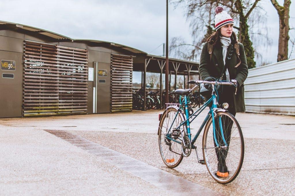 Utilisateur vélo sortant d'un espace Véligo sécurisé
