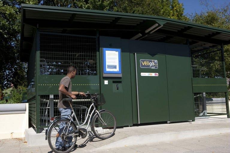 Utilisateur vélo qui ramène son vélo dans un espace Véligo sécurisé