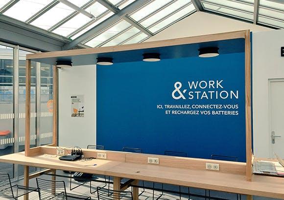 Espace de travail en gare pour les voyageurs