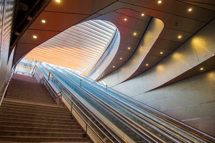 Escaliers et escalators à l'entrée de la gare Châtelet-Les Halles