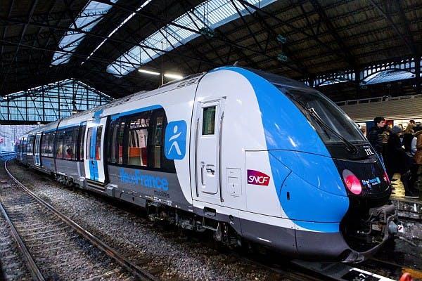 Nouvelle génération de train au quai sur la ligne Paris Saint-Lazare – Versailles Rive Droite