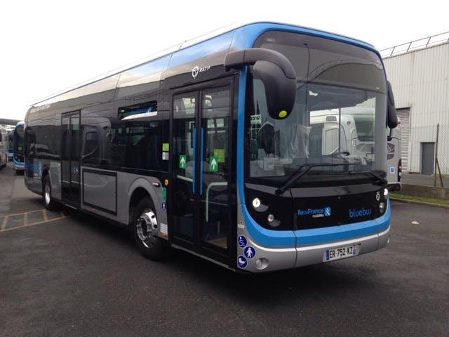 Nouveau bus électrique à l'arrêt