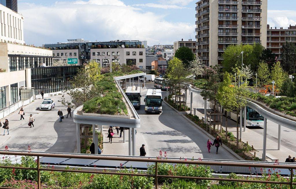 Espace de nouvelle gare réaménagée et réadaptée à la mobilité des voyageurs