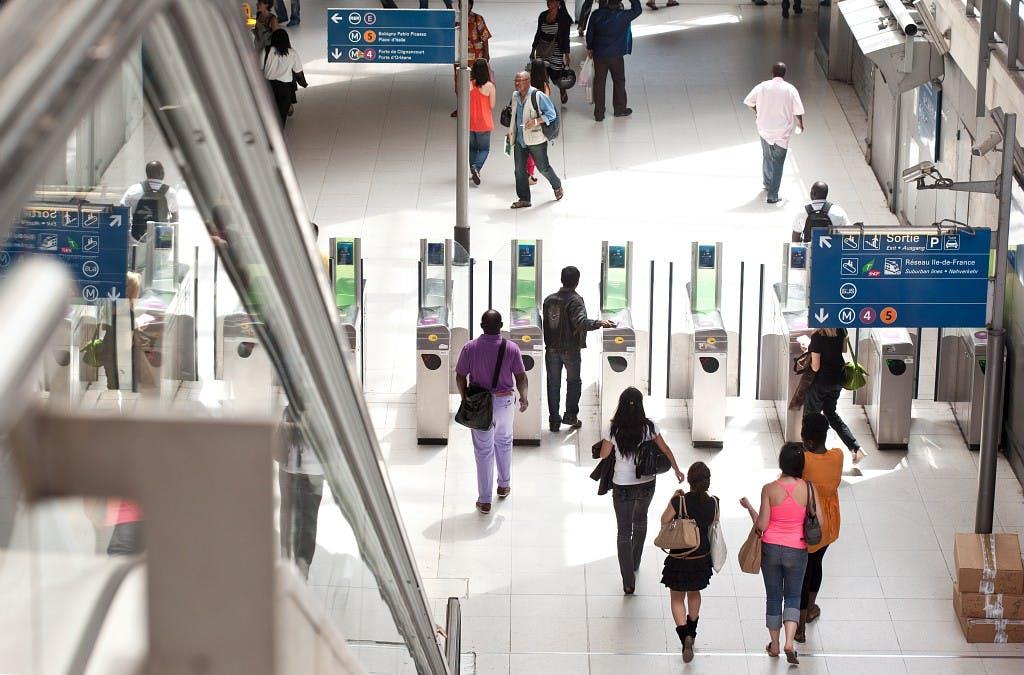 Portiques de validation pour accéder aux transports en commun
