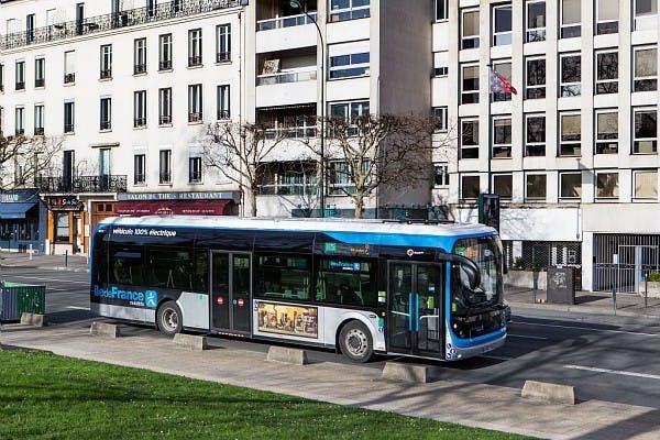 Bus 100% électrique à l'arrêt